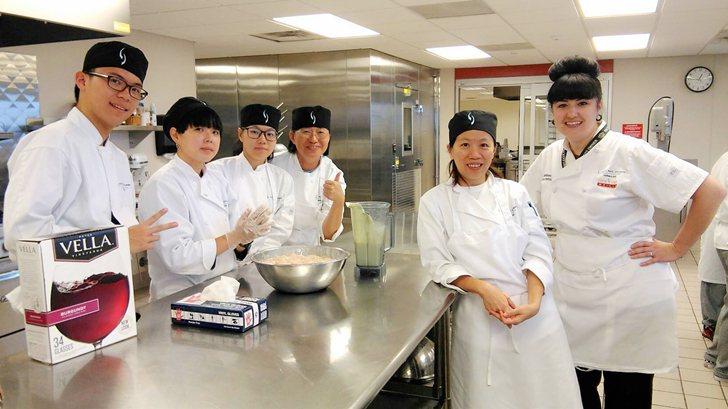 中國科大學子們對於主廚Sara細心指導留下深刻印象。 中國科大/提供