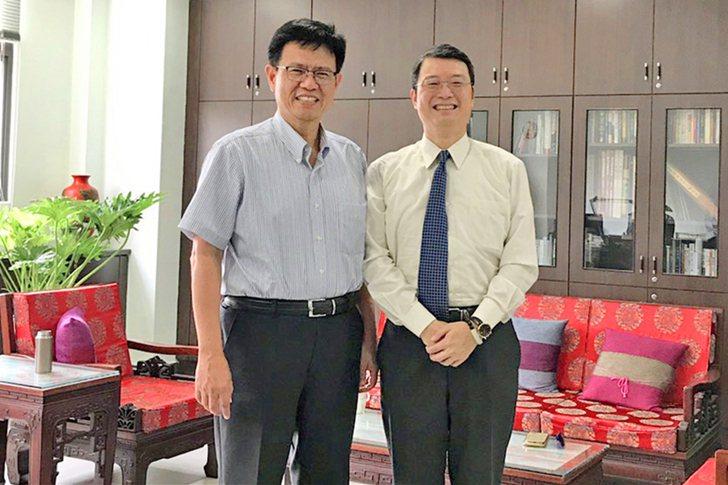 校長俞明德(左)與校友朱偉光合影。 中國科大/提供