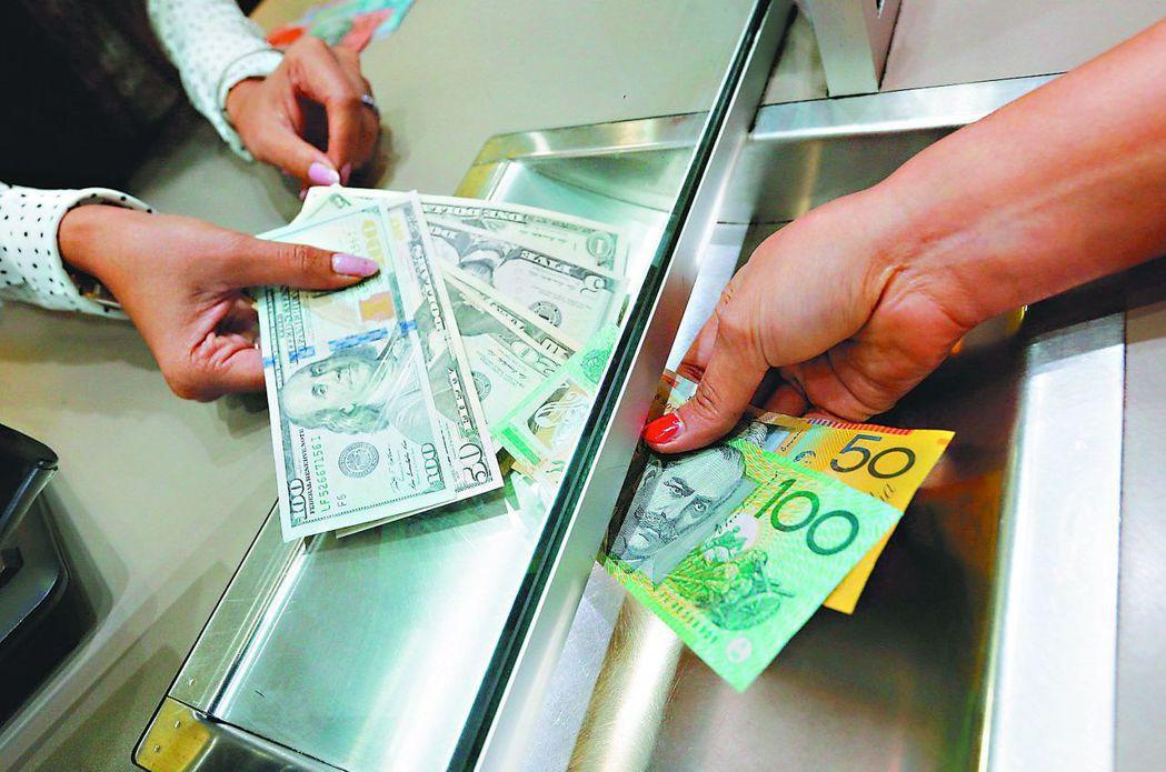 銀行理專建議依自身風險承受度,配置多元幣別。 報系資料照