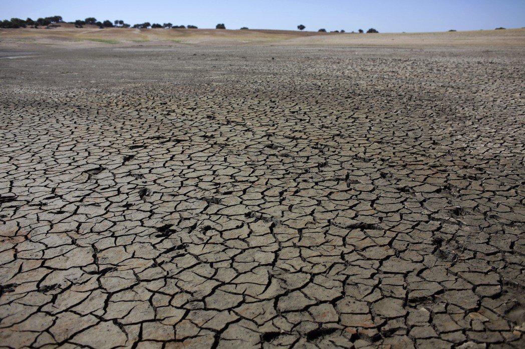 葡萄牙今夏面臨酷熱和嚴重乾旱,葡國南部的佩古杜阿爾塔水庫本月九日因缺水而露出乾裂...