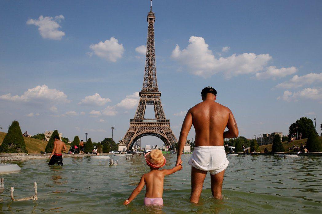 法國今年六月就開始氣溫飆高,巴黎艾菲爾鐵塔附近的特羅卡迪羅廣場六月下旬就有民眾戲...