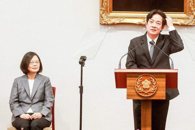 行政院長賴清德(右)在立法院備詢時,拋出兩岸關係震撼彈,讓蔡英文總統(左)相當棘...