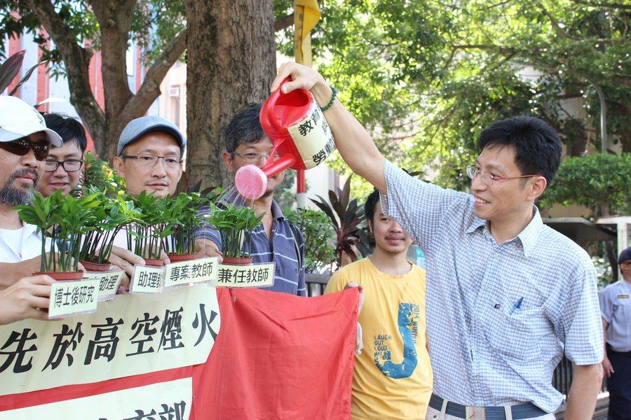 高教工會27日聚集教育部前,為象徵不受教師法保障的「專任助理教授、專案教師、博士...