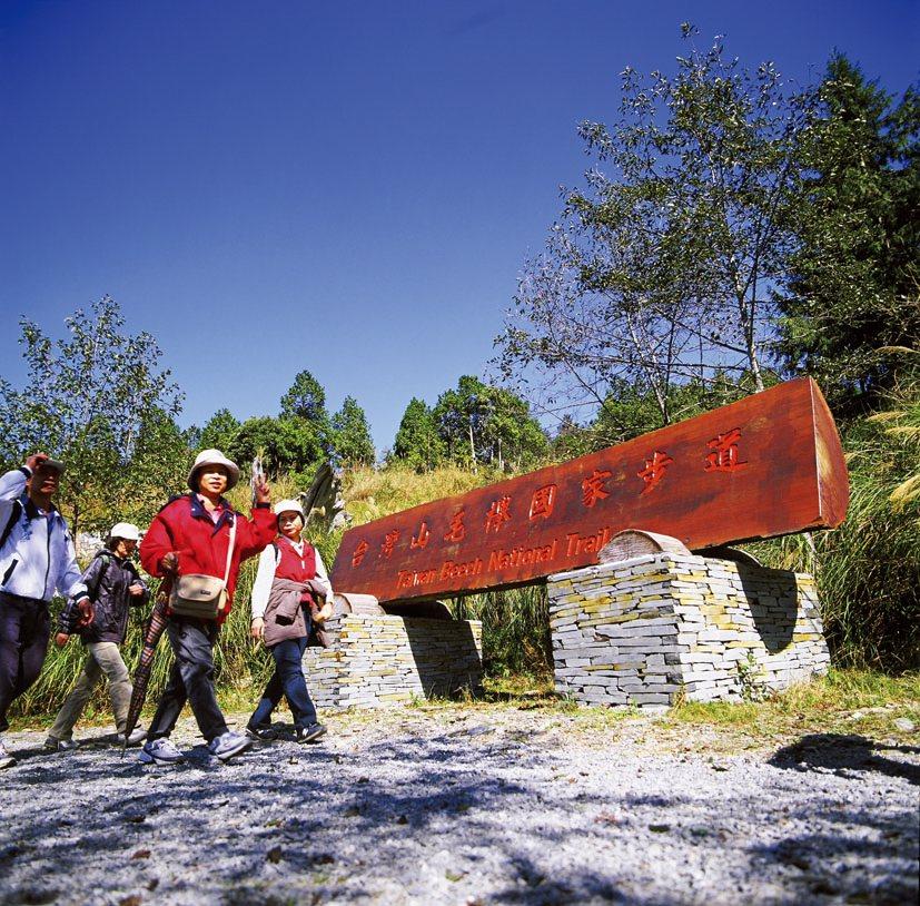 台灣山毛櫸步道每年秋天吸引大批賞秋葉的攝影行家。圖/羅東林管處提供