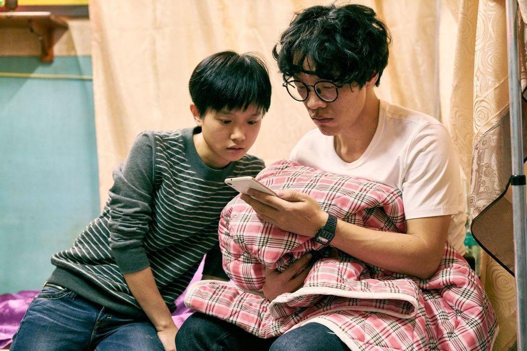 「花甲男孩轉大人」裡的「阿緯」參加歌唱比賽了。圖/台視提供