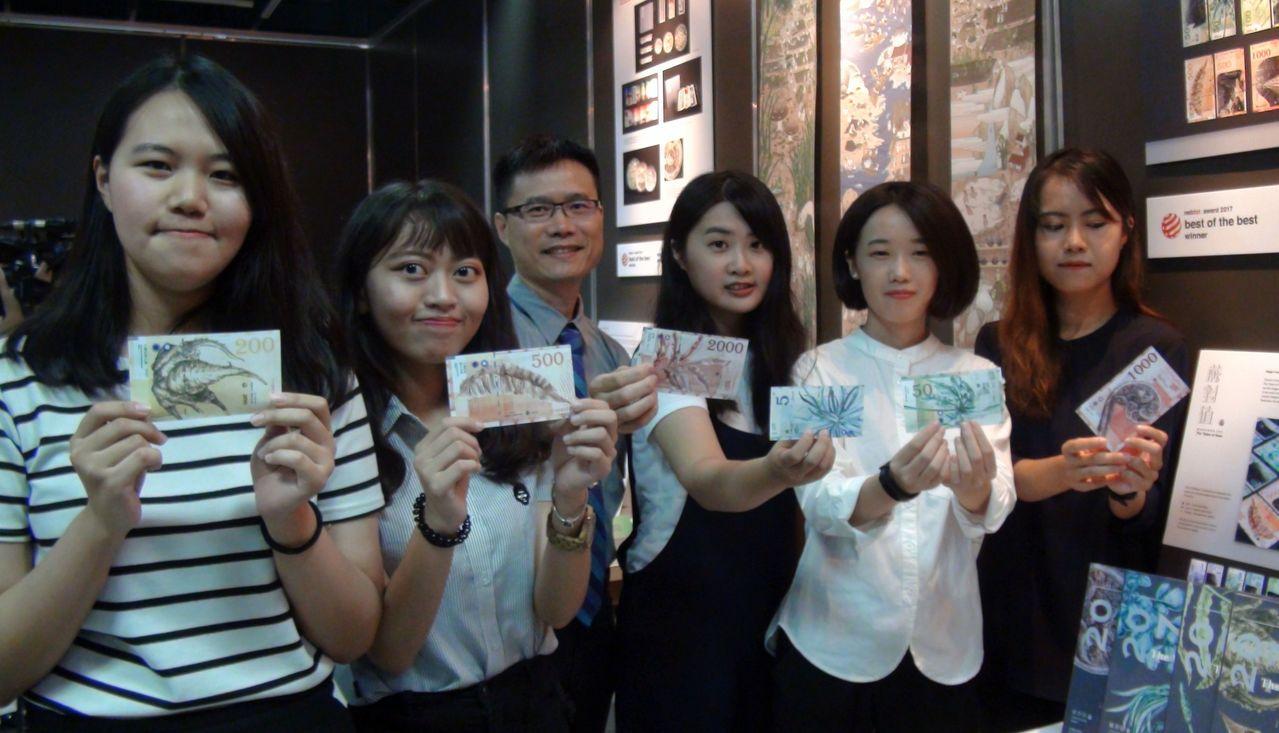 樹德科大視傳系副教授楊裕隆(中)指導5名女學生創作的「蕨對值」作品,喚醒大眾對生...