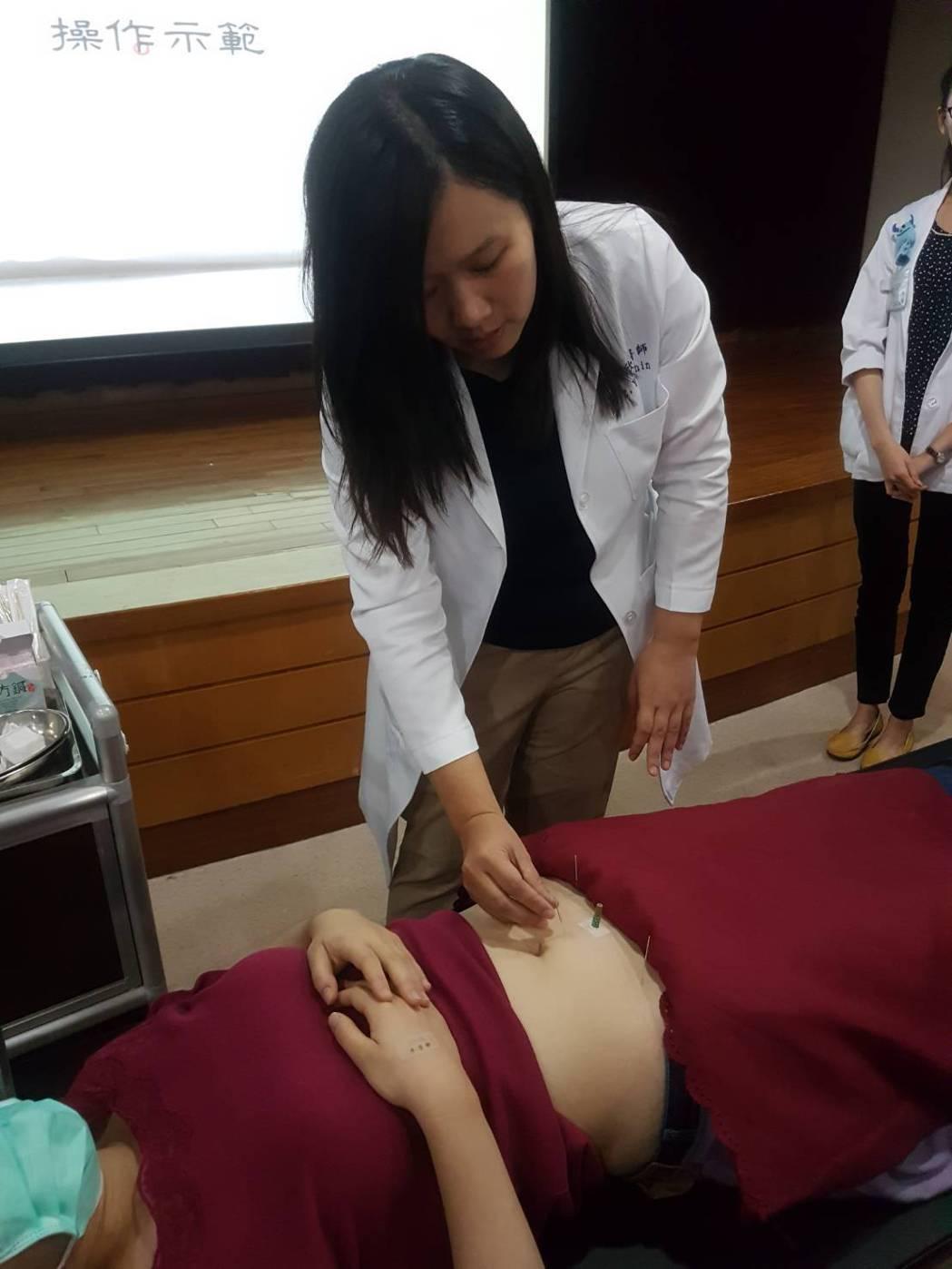 高醫中醫部婦兒科主任邢郁欣說,臨床發現中藥配合針刺、艾灸,對排卵障礙、卵巢功能不...