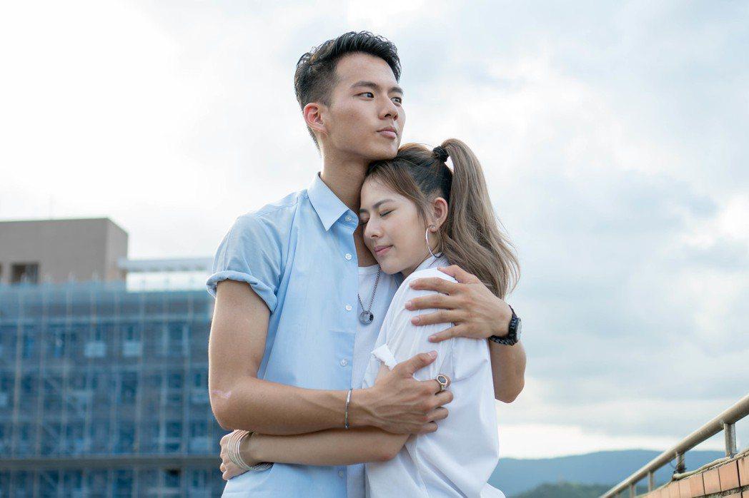 吳念軒(左)、姚亦晴為「翻牆的記憶」拍攝前導片。圖/TVBS提供