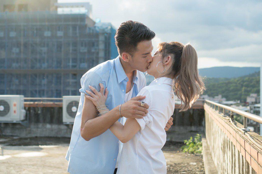 吳念軒(左)、姚亦晴獻螢幕初吻。圖/TVBS提供