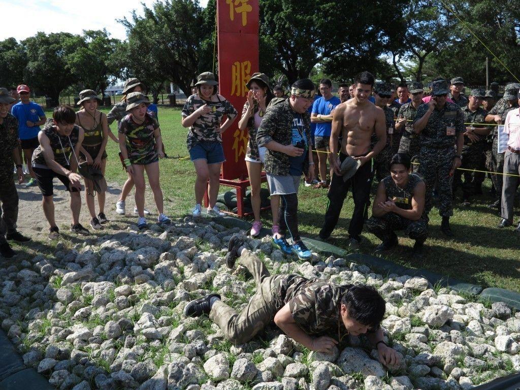 胡瓜為了節目效果,還力爬海軍陸戰隊的天堂路。圖/民視提供