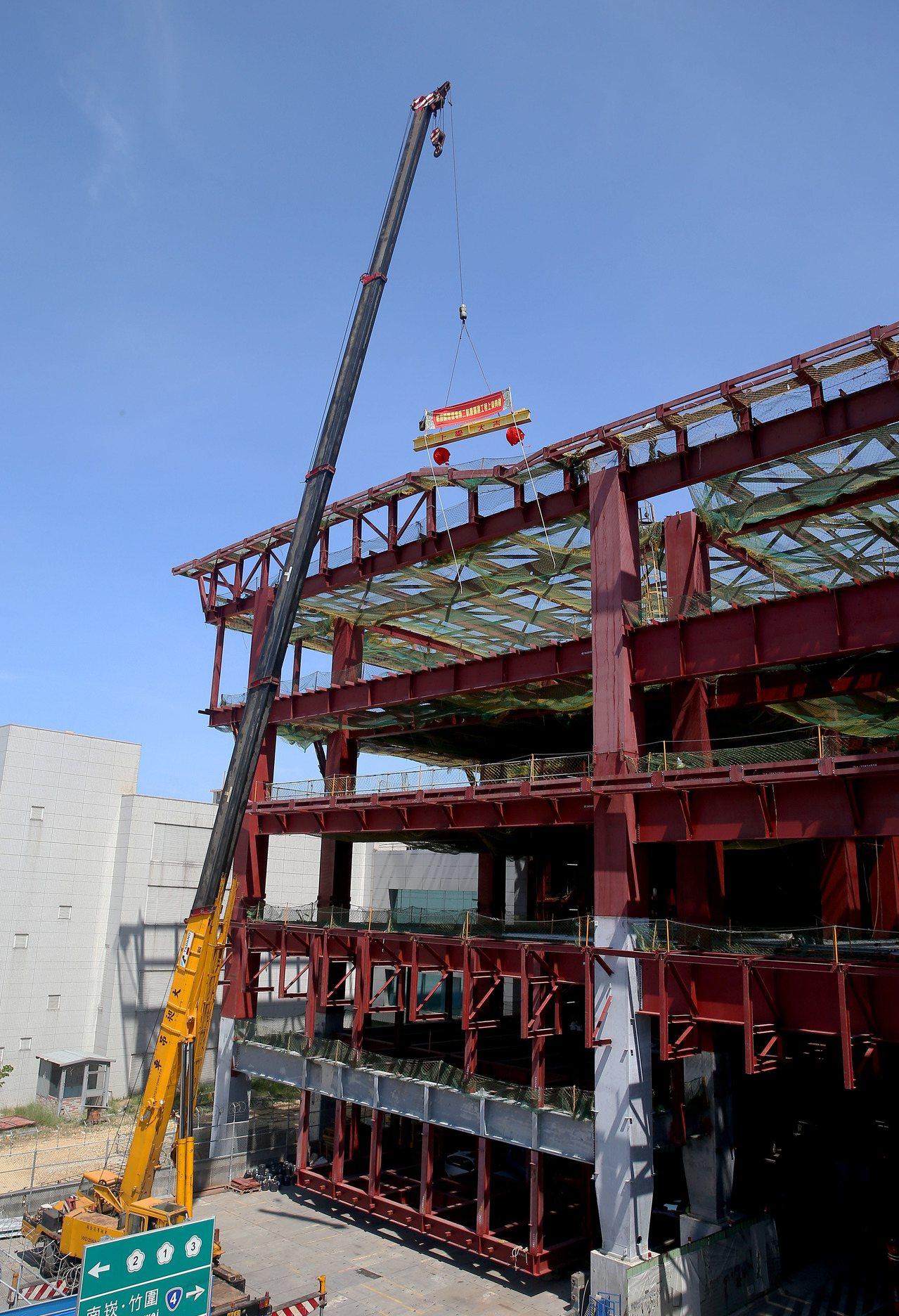 桃園機場第2航廈擴建工程27日局部完工,桃園機場公司同時辦理南側啟用以及北側上梁...