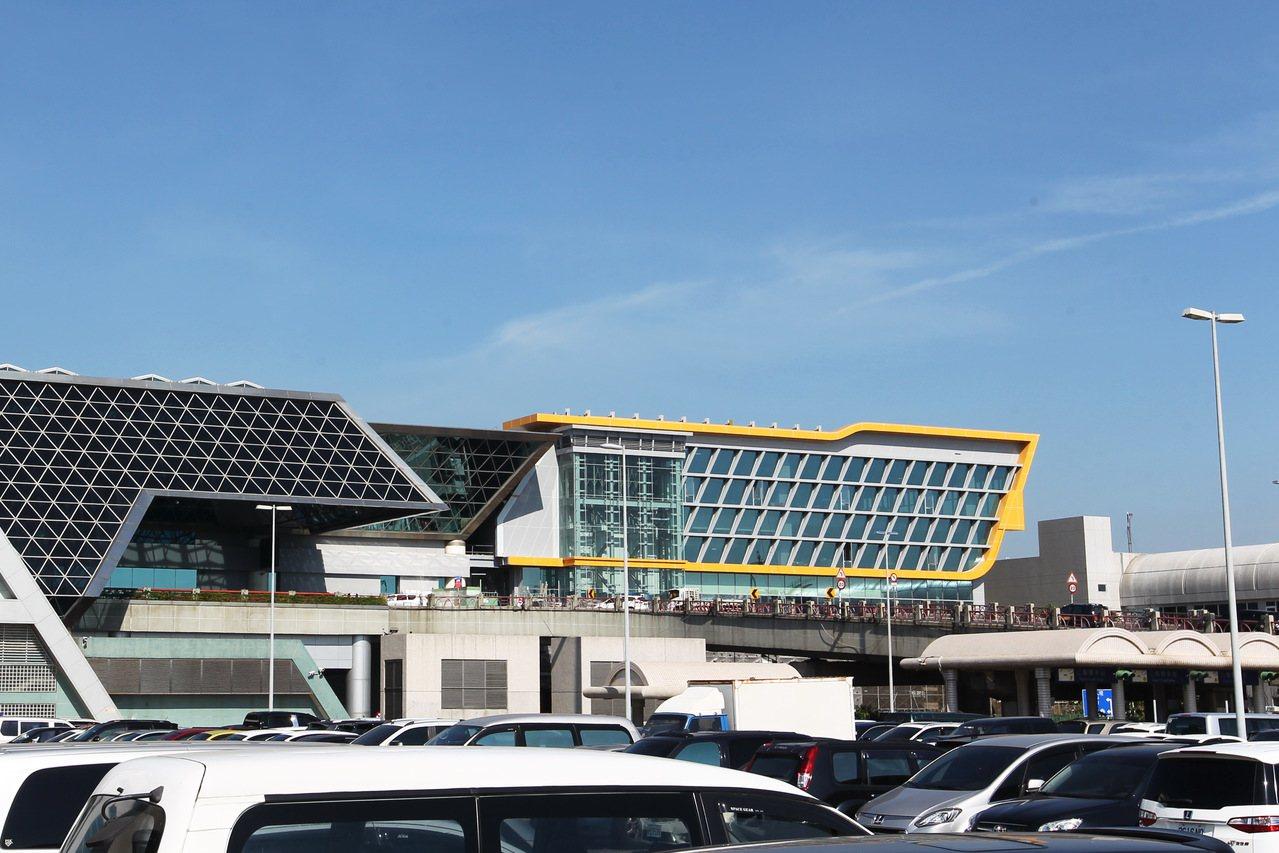 桃園機場第2航廈擴建工程27日局部完工,增加旅客報到空間。圖右為南側27日啟用的...