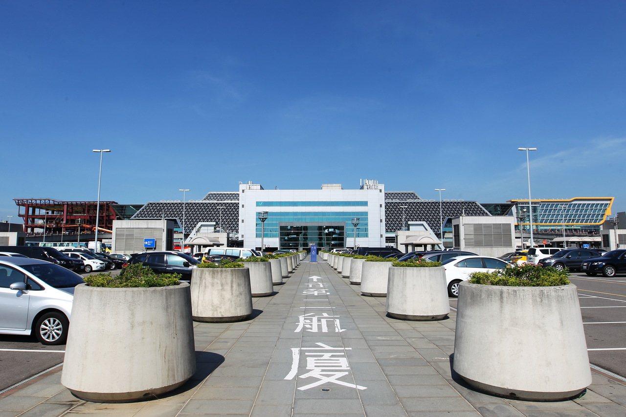 桃園機場第2航廈擴建工程27日局部完工,增加旅客報到空間。圖右為南側27日啟用部...
