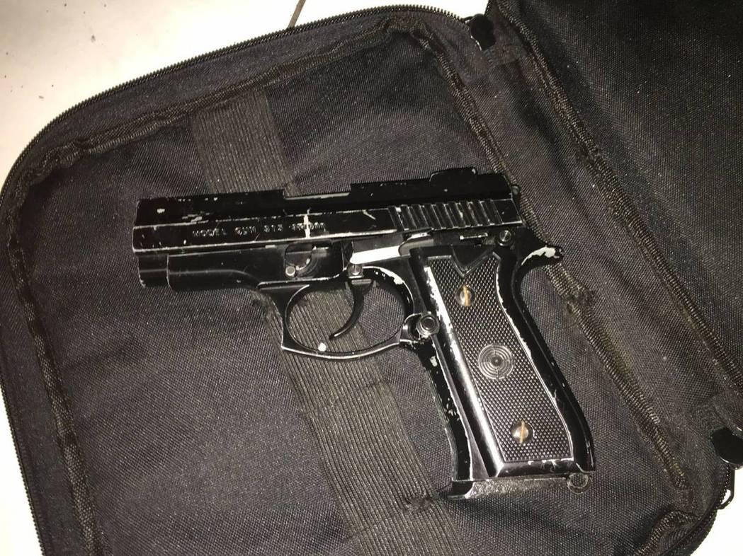 警方在黃的包包查獲1把改造手槍,初步勘驗具有殺傷力。記者曾健祐/翻攝
