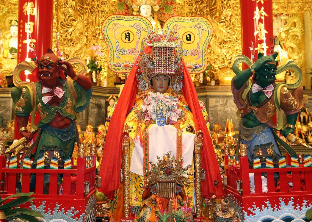 湄洲媽祖來台遶境巡安,媽祖將在北北基遶境10天,今晚駐駕松山慈惠堂,吸引很多民眾...