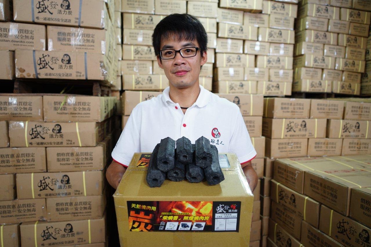 炭精價格雖比傳統木炭高,不過因煙少又耐久,近年成為夯產品。記者陳妍霖/攝影