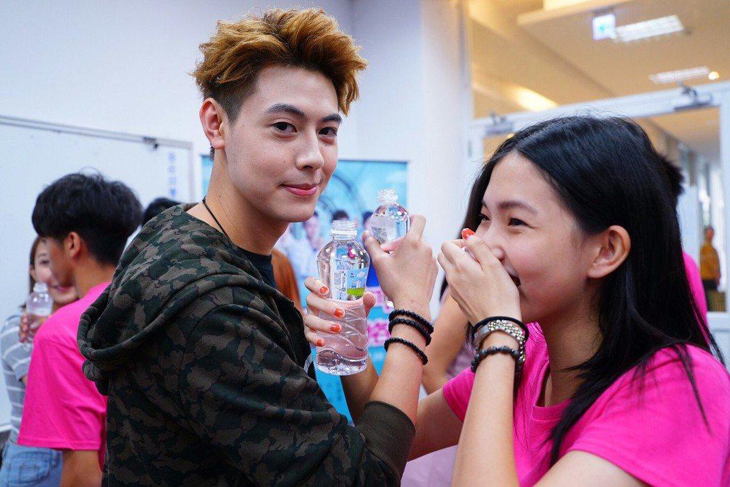 Teddy和女同學玩交杯水。圖/民視提供