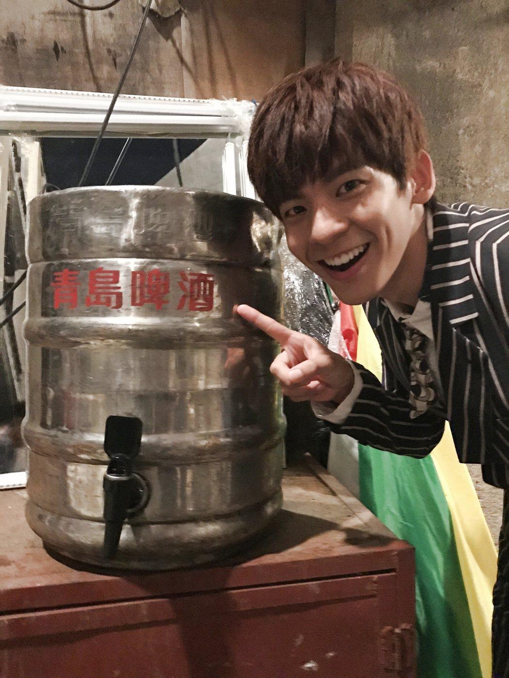 林柏宏請工作人員喝青島啤酒。 (※提醒您:禁止酒駕 飲酒過量有礙健康) 圖/周子...