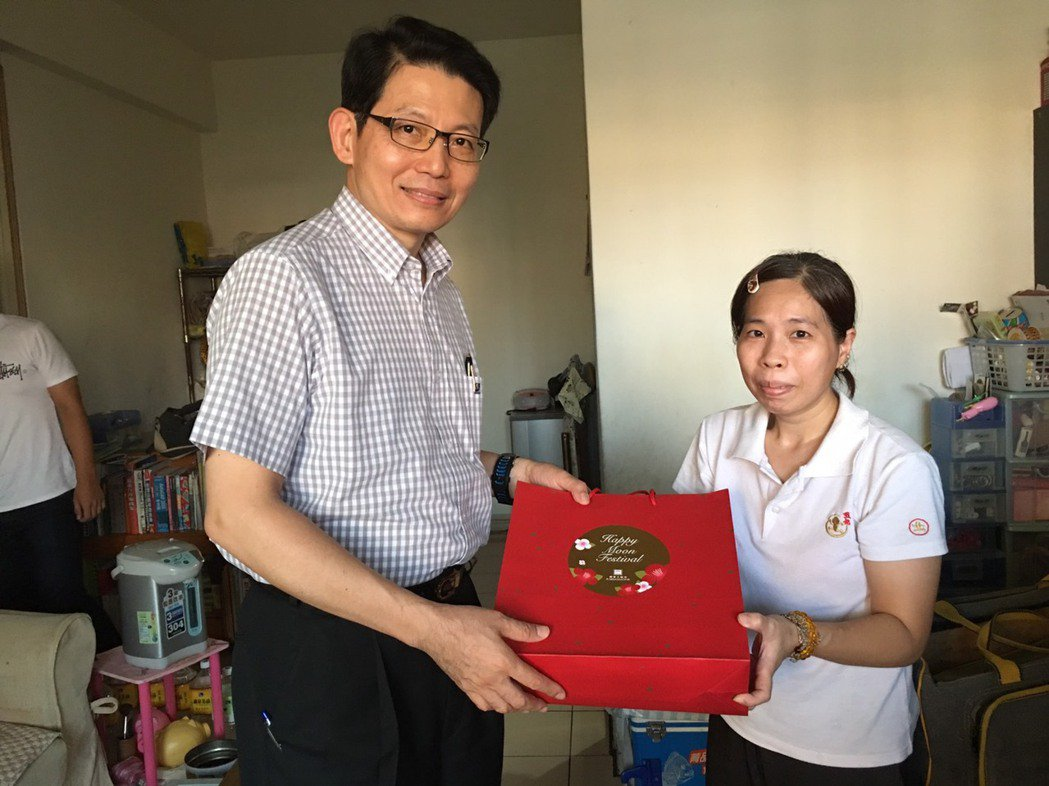 安得烈食物銀行分送月餅給弱勢家庭。圖/國賓飯店提供