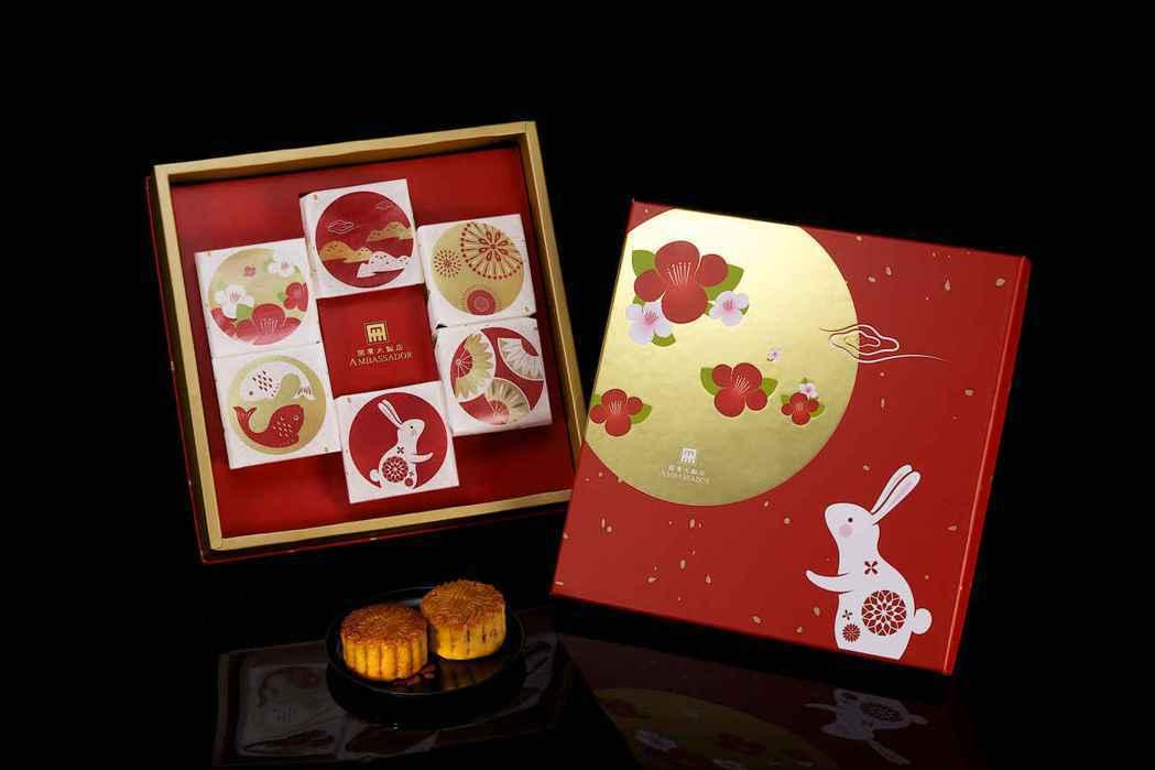 台北國賓飯店分送月餅禮盒「花月珍饌」給弱勢家庭。圖/國賓飯店提供