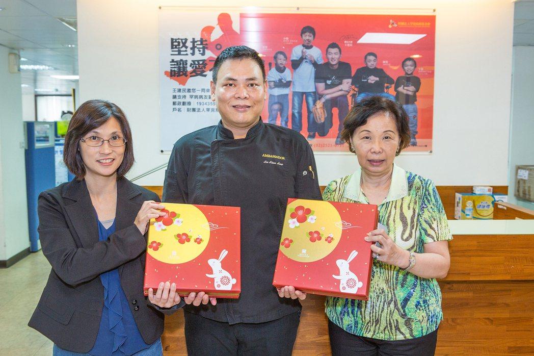 國賓飯店贈送月餅給罕見疾病基金會。圖/國賓飯店提供