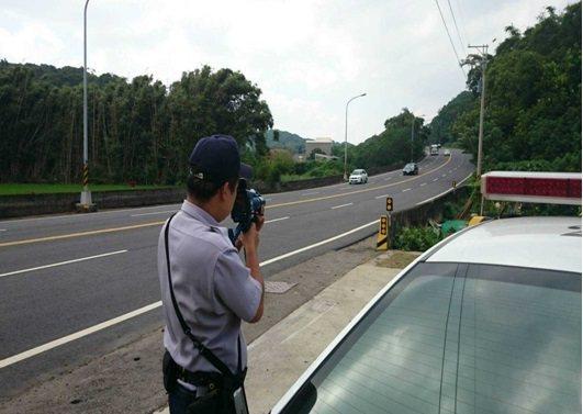 警方測照取締超速違規,必須在測照點前設立明顯的警示標誌。圖/苗栗縣警察局交通隊提...