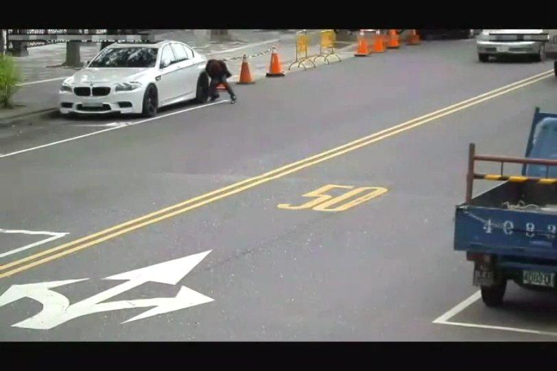 刺破轎車輪胎搶奪財物。記者林孟潔/翻攝