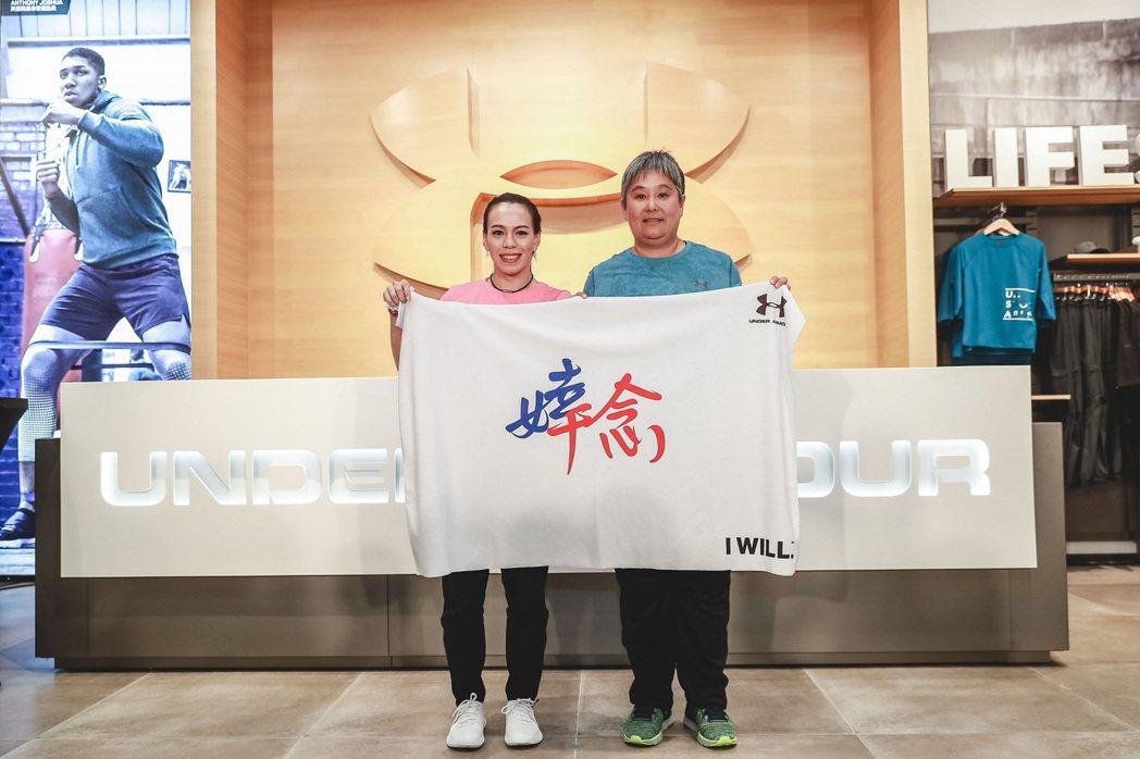 郭婞淳(左)和啟蒙教練林尚儀合影。圖/由UNDER ARMOUR提供