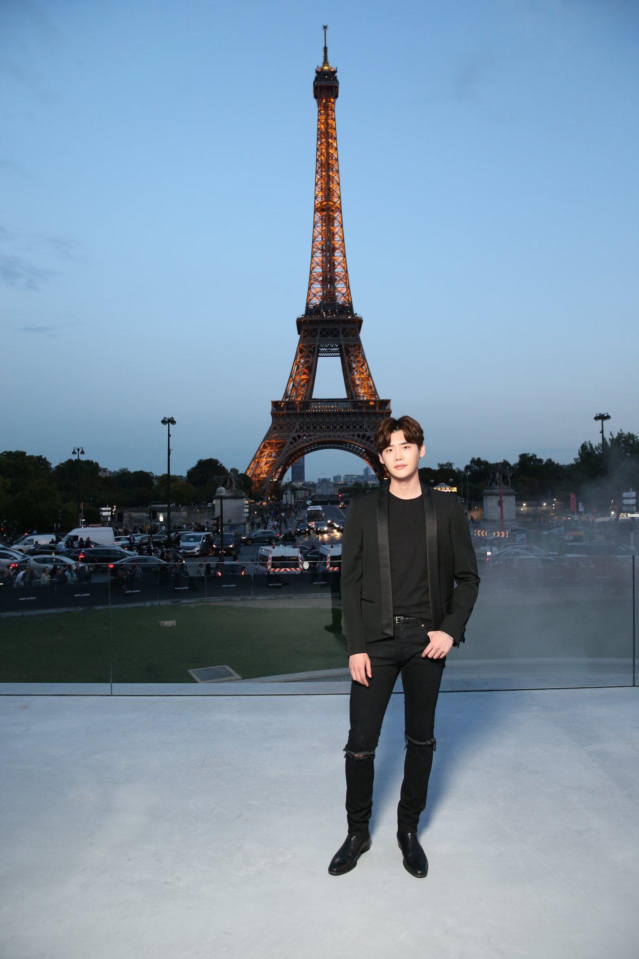 韓星李鐘碩出席聖羅蘭於巴黎鐵塔下舉辦的2018春夏服裝秀。圖/聖羅蘭提供