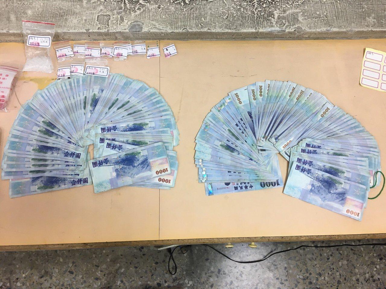 警方在現場起出20萬現金,童嫌矢口否認是販毒所得。記者邵心杰/翻攝