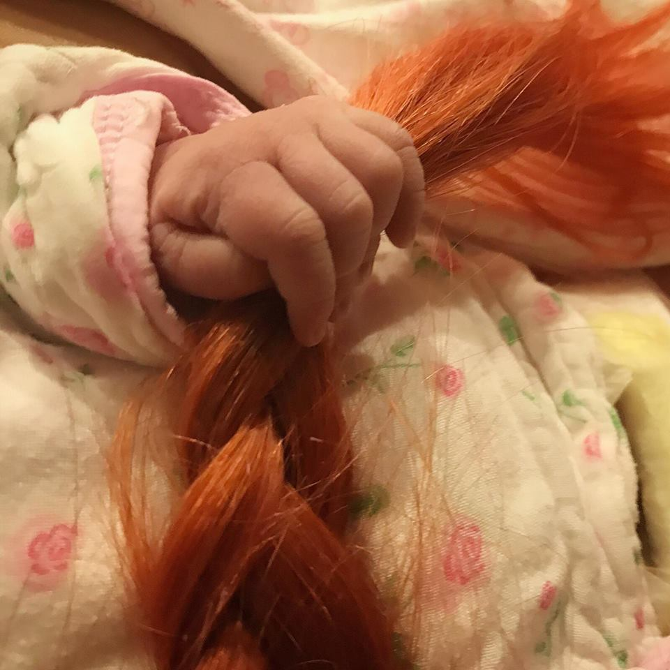 許哲珮剛Po出女兒小手抓她頭髮的照片。圖/摘自臉書