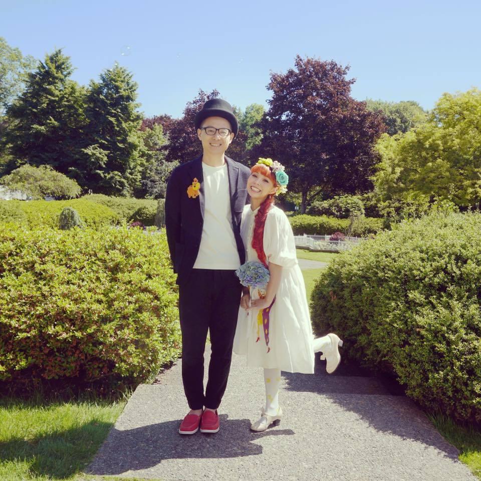 許哲珮(右)與老公曾在6月飛回溫哥華辦婚禮。圖/摘自臉書