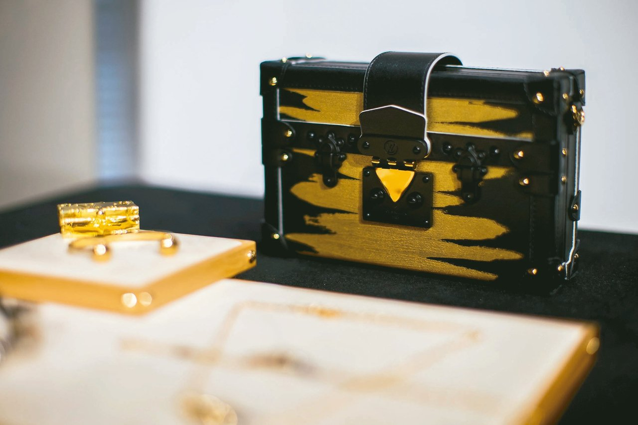 Golden Light系列的Petite Malle系列小箱包有漆器的奢華質感...