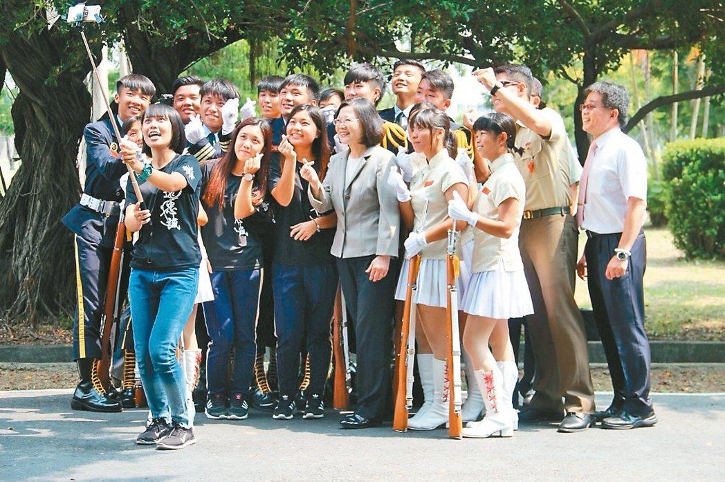 總統蔡英文在海軍陸戰隊99旅基地接見屏東縣恆春工商儀隊師生,和師生開心玩手機自拍...