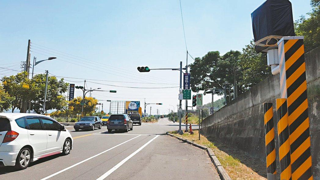 苗栗縣警局在苗栗市文發路與英才路路口等易肇事路段增設6支固定式測照桿,預計明年初...