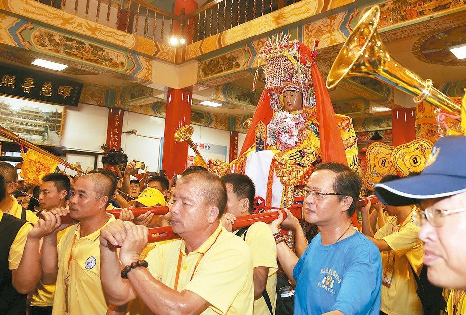 湄洲媽祖昨晚駐駕松山慈惠堂。 記者曾吉松/攝影