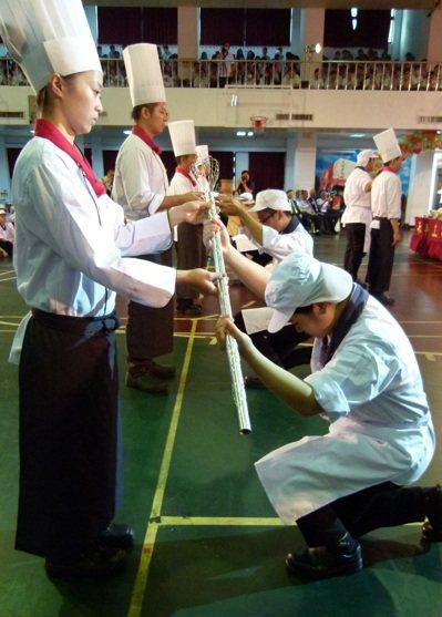 學生向老師行跪禮接下餐具寶典宣誓用心學習不辱師恩。 記者鄭國樑/攝影