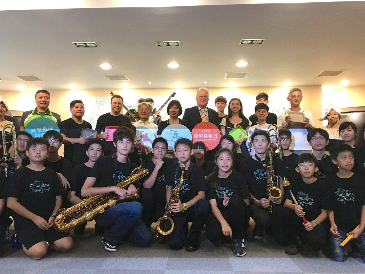台中爵士音樂節培訓的「青少年爵士大樂團」為活動宣傳,團員們演出快樂頌、Mambo...