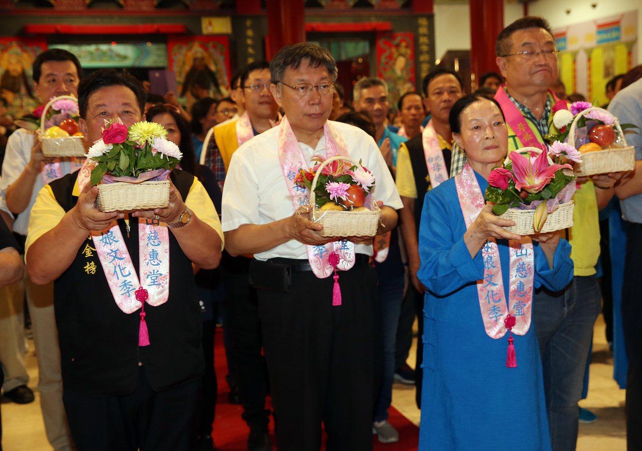湄洲媽祖昨晚駐駕松山慈惠堂,台北市長柯文哲(中)和堂主郭葉子(右)進行團拜儀式。...