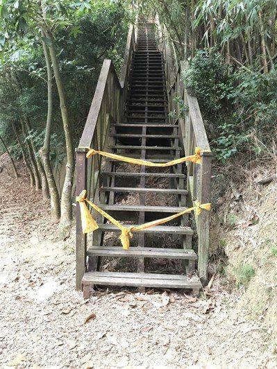 台中市大坑步道部分路線木棧道毀壞,圍上警戒線。圖/讀者提供