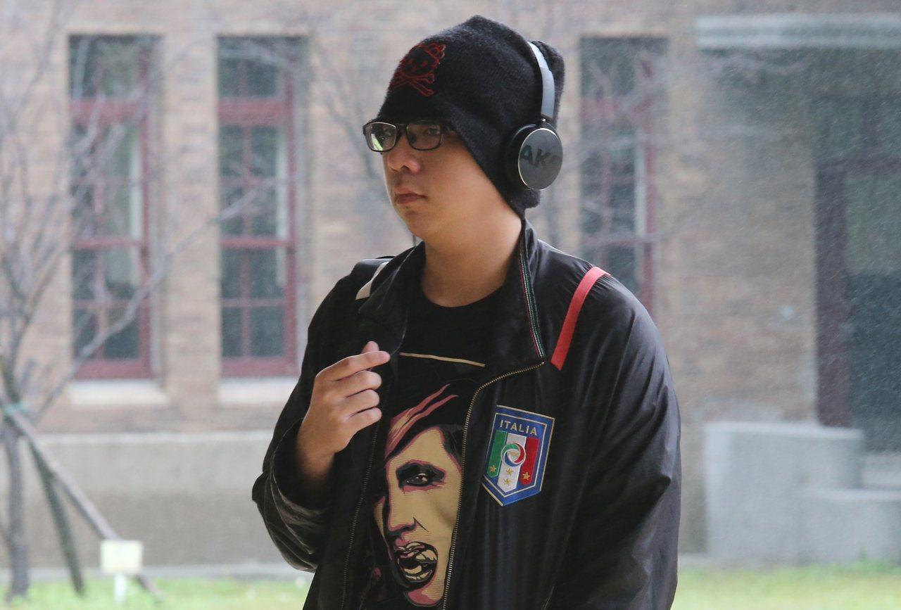 英聽測考生在考場外戴著耳機,專心準備做最後的衝剌。聯合報系資料照/記者曾學仁攝影