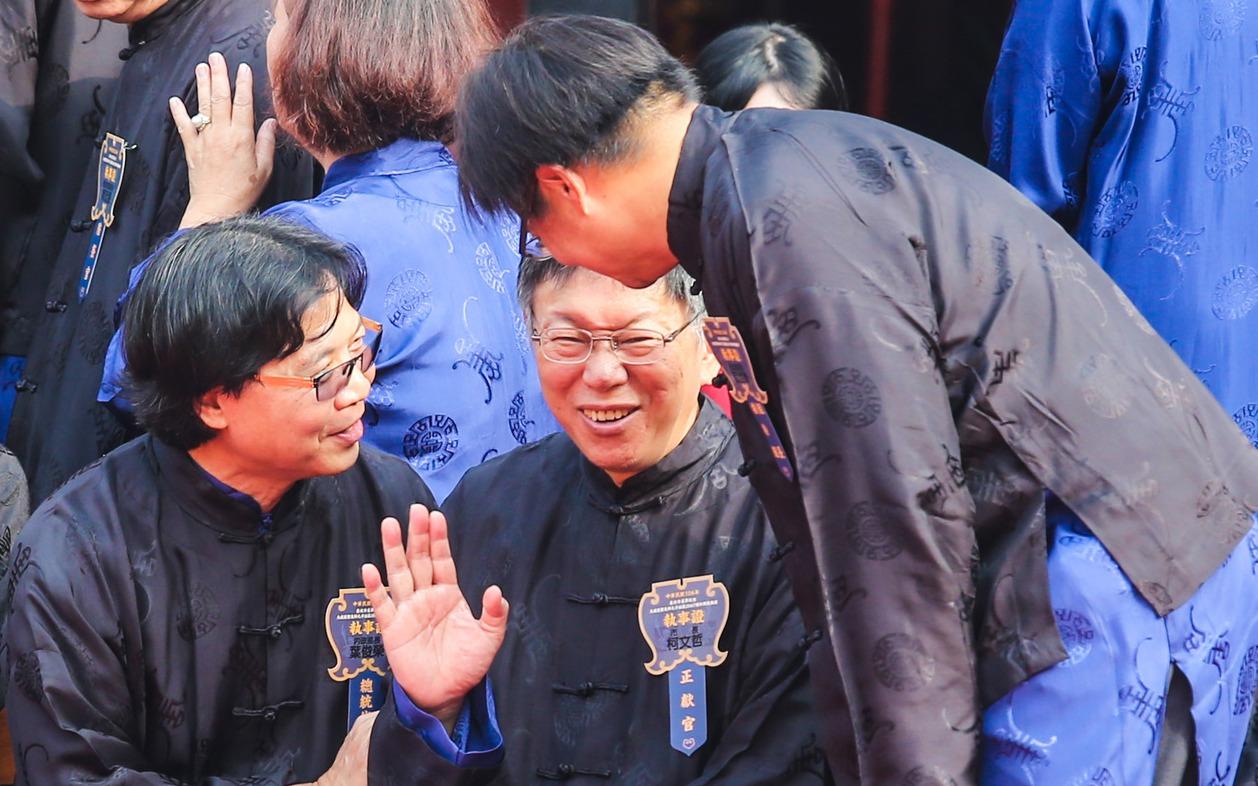 內政部長葉俊榮(左)在合照期間與柯文哲(中)交頭接耳數次,右為北市民政局長藍世聰...