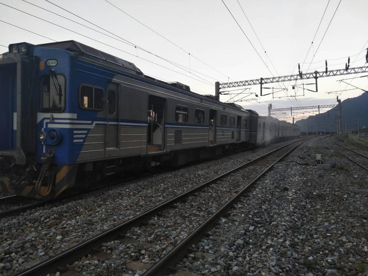 台鐵一名列車司機員在本月13日,連闖4個紅燈,幸好當時無對向列車,差點釀成對撞意...