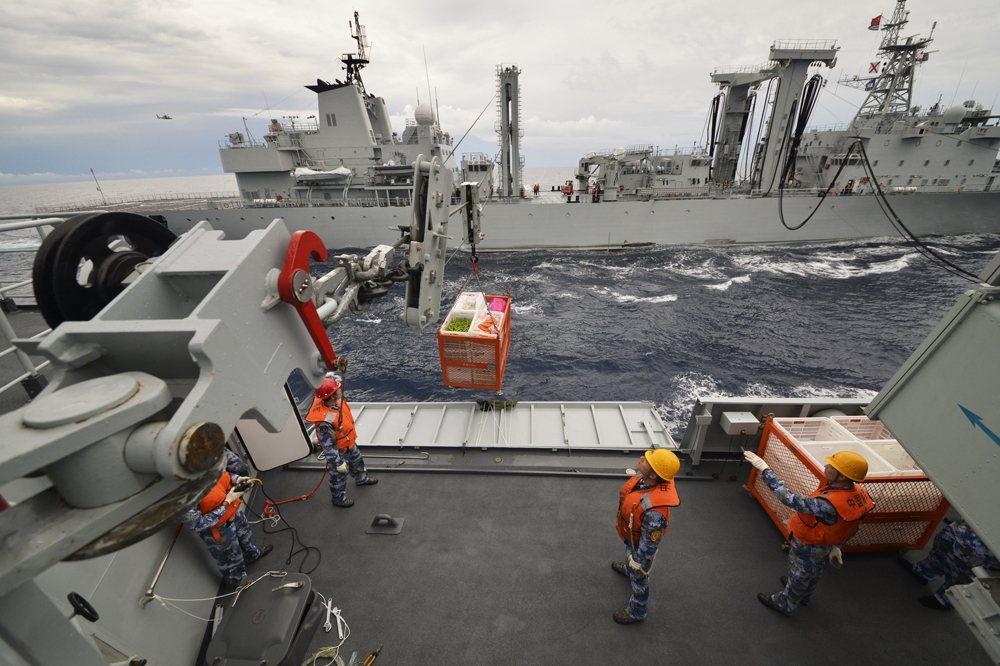 中共海軍官兵在進行海上橫向補給物資。 圖/取自大公網
