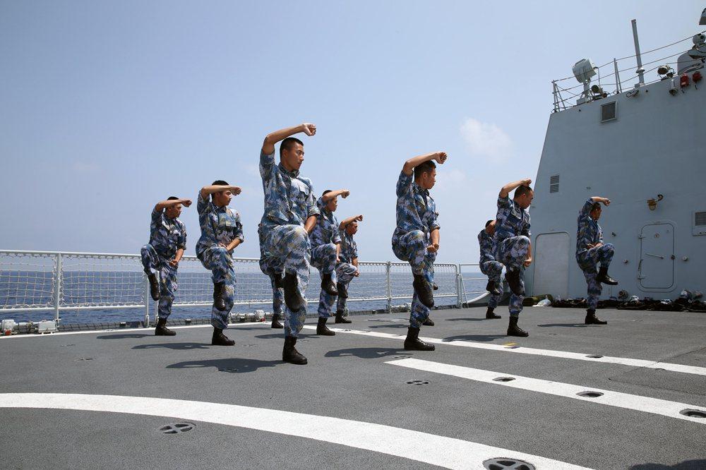 中共海軍陸戰隊員在「濰坊艦」甲板上訓練。 圖/取自大公網