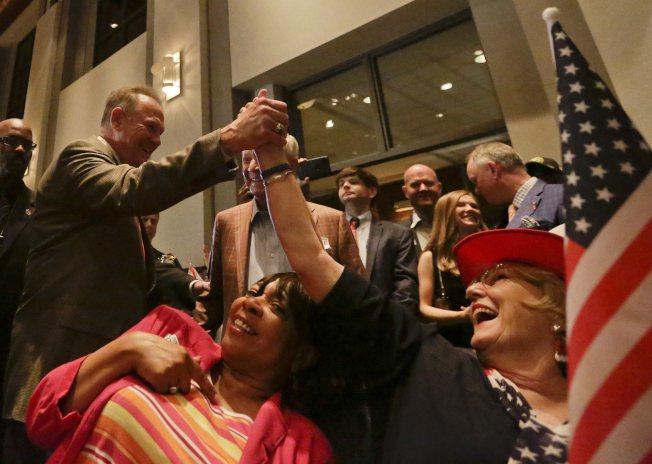 阿拉巴馬州國會參議員補選26日舉行黨內初選,共和黨參選人摩爾(左一)獲勝向支持者...