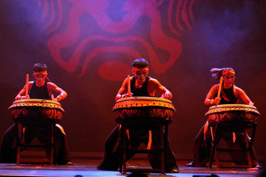 九天「鼓鳴旗飛慶雙十」新州訪演,將台灣廟宇文化,融合音樂、舞蹈、武術及特技,完美...