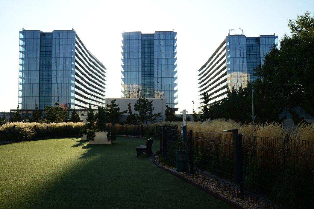 豪華的玻璃建築已成新地標,把曼哈頓高品質住宅帶到法拉盛(記者許振輝/攝影)