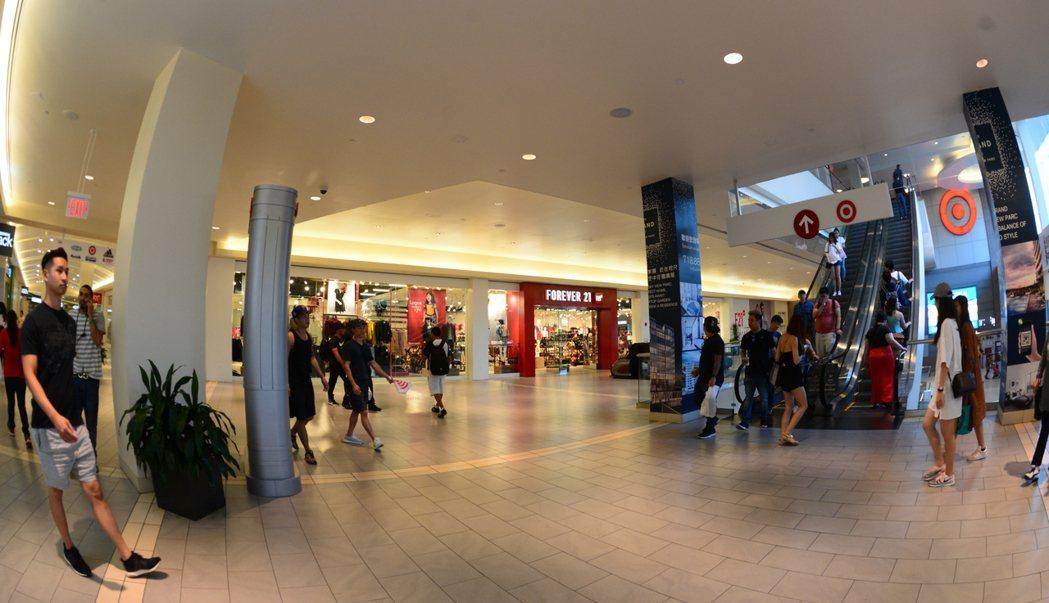法拉盛新建商場吸引多家名店進駐。(記者許振輝/攝影)