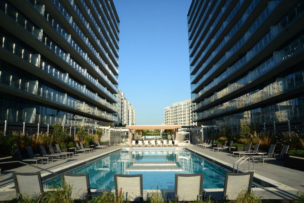 在法拉盛,帶大型室外游泳池的公寓不多見。(記者許振輝/攝影)